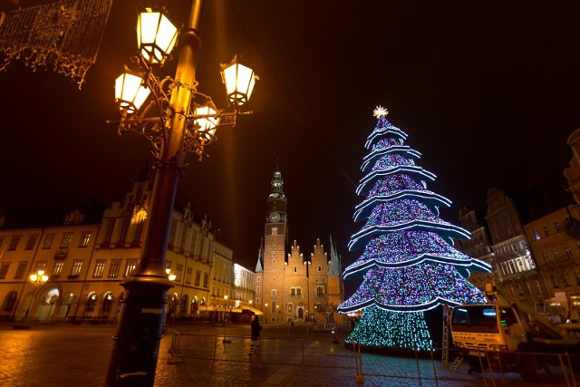 Co prawda z powodu pandemii koronawirusa lista atrakcji z których w te święta można skorzystać jest mocno ograniczona, jednak we Wrocławiu i tuż obok jest kilka miejsc w które można się wybrać w Boże Narodzenie.Można też zaplanować wypad w Sudety na narty. Sprawdziliśmy, które ośrodki będą czynne do 27 grudnia (niedziela).Na kolejnych slajdach znajdziecie pomysły na rodzinne Boże Narodzenie, niekoniecznie w czterech ścianach i za świątecznym stołem.