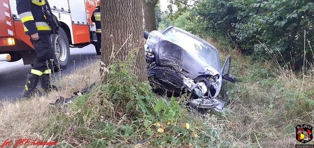 W czwartek (1 sierpnia) w Baranowie (gmina Kruszwica) samochód osobowy uderzył w drzewo. Trzy osoby trafiły do szpitala.- Samochodem podróżowały 3 osoby, które po naszym dojeździe znajdowały się poza pojazdem. Udzielona została im pomoc medyczna, a następnie zostali przekazani przybyłym na miejsce dwóm Zespołom Ratownictwa Medycznego - relacjonują strażacy z OSP Kruszwica.Ranni trafili do szpitala. Na obwodnicy Inowrocławia spłonęło BMW: