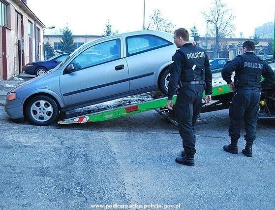 Zabezpieczony przez policjantów samochód, którym poruszali się sprawcy napadu