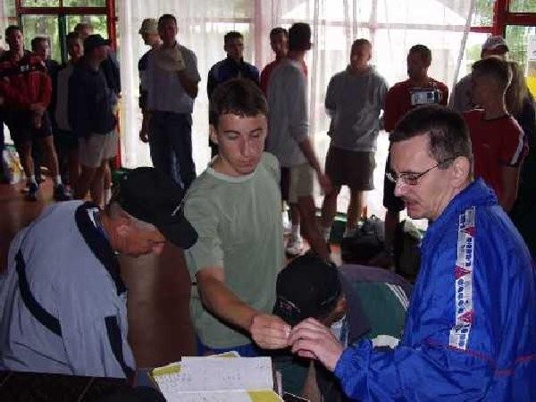 Na zdjęciu uczestnicy turnieju i sędziowie w  czasie odprawy technicznej na której  rozlosowano numery startowe.