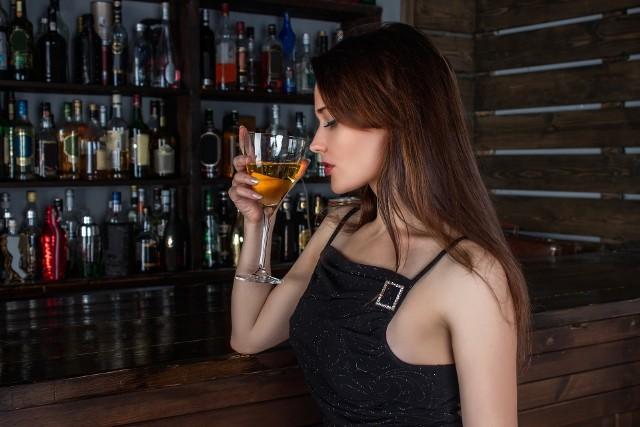 SW Research opublikowało raport, w którym zapytano Polaków o ulubiony alkohol oraz moment ich spożywania. - Z jednej strony Polacy zdecydowanie chętniej sięgają po alkohole lżejsze, czego dowodzi rosnąca popularność piwa. Z drugiej zaś obserwujemy wzrost popularności alkoholi, którym towarzyszy wysoka kultura picia, bo do takich z pewnością należą wino i whisky - czytamy w raporcie. Okazuje się również wbrew stereotypom, że wódka nie jest ulubionym alkoholem Polaków!30 października obchodzimy Święto Napojów Wyskokowych. Sprawdźcie przy tej okazji, jaki alkohol najczęściej spożywają Polacy. Zobaczcie kolejne alkohole, posługując się klawiszami strzałek na klawiaturze, myszką lub gestami.