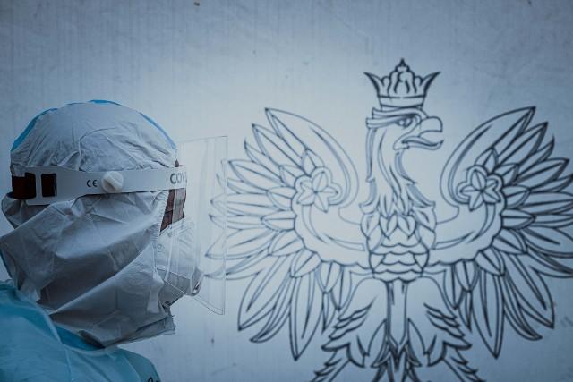 - Zgodnie z zapowiedziami ministra obrony narodowej, w najbliższym czasie zaangażowanie wojska we wsparcie walki z COVID-19 zostanie zwiększone do ponad 20 tys. żołnierzy. Dużą część z nich będą stanowić żołnierze Wojsk Obrony Terytorialnej, których dowództwo uruchamia dotychczas nieaktywowane zasoby - informuje ppor. Anna Jasińska- Pawlikowska.