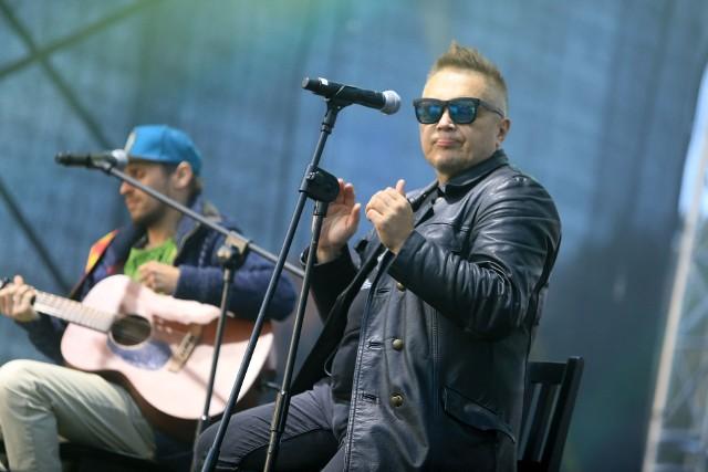 Muniek Staszczyk, lider zespołu T. Love tym razem zaśpiewa z towarzyszeniem gitar akustycznych