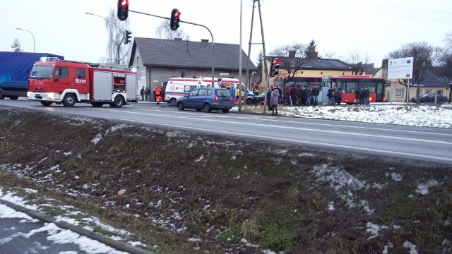Wypadek w Ozorkowie. Na ulicy Maszkowskiej tir zderzył się z autobusem i samochodem osobowym. 11 osób rannych