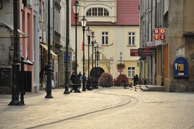 Żarski deptak jest miejscem często odwiedzanym przez turystów, którzy chętnie uwieczniają na fotografiach lokalną architekturę. (fot. Romuald Gałęcki/Pixabay)