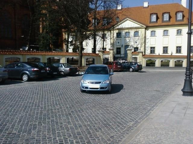 Samochód na środku jezdni na ul. Kościelnej
