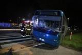 Wypadek w Starym Widzimiu. Autobus wjechał w tył samochodu osobowego. Ranny kierowca
