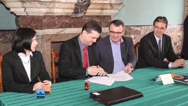 Wójt Opatowca Sławomir Kowalczyk (drugi z lewej) podpisał w Kielcach umowę o dofinansowaniu budowy oczyszczalni.