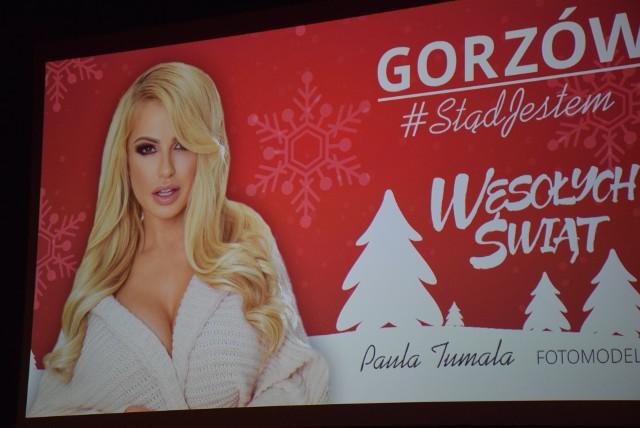 """Kampania """"Gorzów #Stądjestem"""" ma już prawie rok, a ambasadorów naszego miasta przybywa. To właśnie oni - znani gorzowianie - pojawią się w mieście na świątecznych billboardach, które mają pojawić się na początku grudnia.Do grona ambasadorów miasta dołączyła m.in. Paula Tumala - znana fotomodelka oraz Mateusz Ciawłowski - zyskujący sławę piosenkarz. Jak Wam się podobają świąteczne billboardy?"""