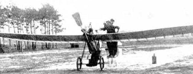 Hans Grade i jeden z jego jednopłatowców. Możliwe, że takie samoloty były pierwszymi, które wylądowały w Słupsku.