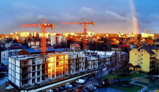 Mimo pandemii koronawirusa miasta się zmienia. Dźwigi nad dachami domów świadczą, ż budowa trwa. Na przykład przy ulicy Lisiej powstają nowoczesne apartamenty. Co jeszcze zmienia się w Zielonej Górze wiosną 2021 roku?
