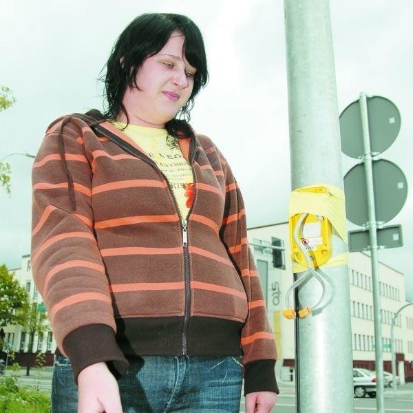 - Przycisk jest zniszczony od dłuższego czasu, ale wciąż nie został naprawiony - mówi Katarzyna Siedlarczuk z Białegostoku