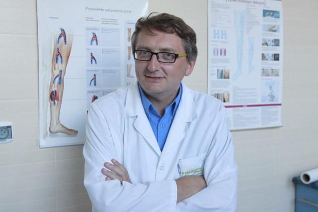 Chirurg Przemysław Lipiński szkolił się w Krakowie, gdzie produkowane są larwy much. W Łodzi zaczął leczyć pacjentów specjalnymi larwami