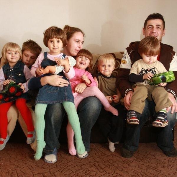 Od lewej: Natalia na kolanach u Adriana, Agnieszka, Asia, Krystian i Bartek - szczęśliwe dzieciaki z Martą i Robertem Szczurkami. - Dla dwojga jesteśmy mamą i tatą, dla reszty ciocią i wujkiem - śmieją się Szczurkowie.