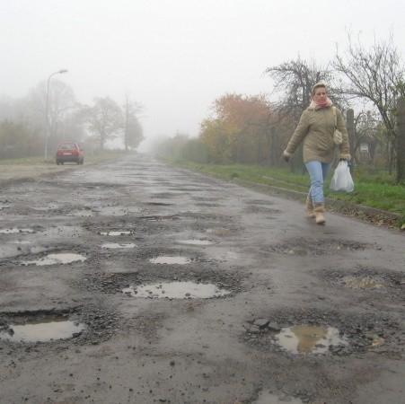 Ulica Tatrzańska po ostatnich deszczach jest w fatalnym stanie.