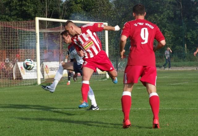 Łukasz Ząbek (nr 18), obrońca Soły, walczy z napastnikiem Spartakusa. W meczu rozegranym w Oświęcimiu Soła pokonała Spartakusa Daleszyce 1:0.