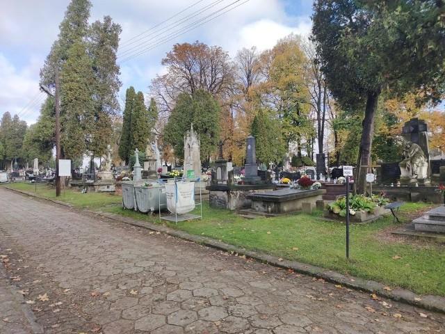 Cmentarze w województwie zamknięte. Zdarzają się jednak... wyjątki. W Częstochowie da się wejść