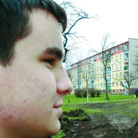 - To nie jest najlepsze miejsce na boisko. Piłka będzie wpadać do rzeki - uważa ełczanin Paweł Dzierżyc.