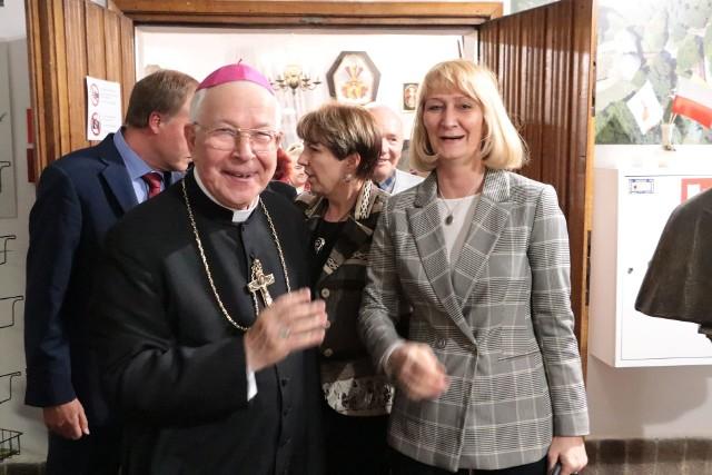 Wystawę zorganizowano z okazji 40 rocznicy pierwszej pielgrzymki Jana Pawła II do Polski. - Kolejną ważną rocznicą jest 30-lecie ukoronowania cudownego obrazu Matki Bożej Rokitniańskiej. Dekret w tej sprawie wydał właśnie Jan Paweł II, który w 2001 r. wyniósł rokitniański kościół do rangi bazyliki mniejszej - mówi biskup Paweł Socha.
