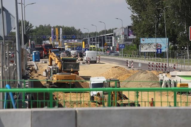 Budowa węzła drogowego w Katowicach Piotrowicach wiąże się z utrudnieniami dla kierowców.Zobacz kolejne zdjęcia. Przesuwaj zdjęcia w prawo - naciśnij strzałkę lub przycisk NASTĘPNE