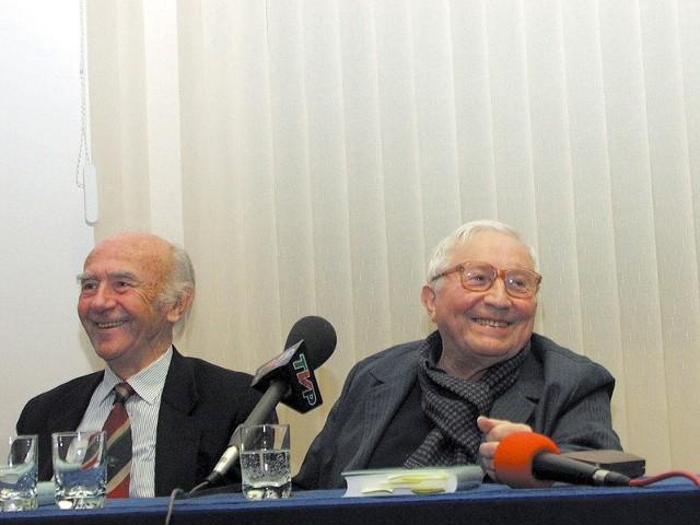 - Teraz nastąpi wymiana okularów. Nie zębów, ale okularów - żartował przed czytaniem wierszy Tadeusz Różewicz (z prawej, obok tłumacz i przyjaciel poety Karl Dedecius).