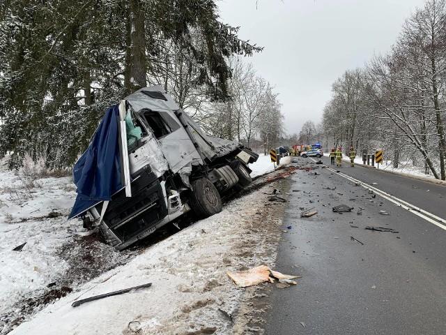 Wypadek dwóch pojazdów ciężarowych na DK 65 Prostki - Niedźwiedzkie. Droga całkowicie zablokowana w obu kierunkach