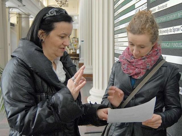 Katarzyna Hul i Ewelina Polak z Podkarpackiego Stowarzyszenia Głuchych poszukują najlepszych sposobów komunikowania się osób niesłyszących z urzędami.