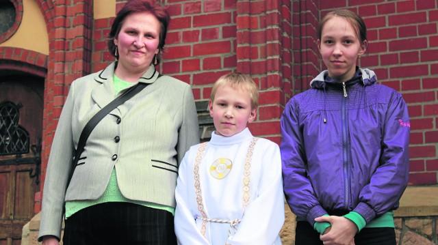 Ośmioletni Grzegorz Wypchło z Rybnika przystąpił do Pierwszej Komunii Świętej w rybnickiej bazylice. Teraz, w komunijnej szacie, chodzi z rodziną na nabożeństwa majowe