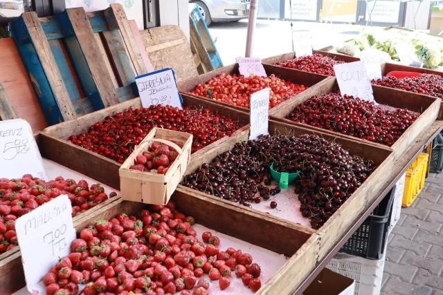 Podczas niemal tropikalnych upałów, jakie właśnie trwają, łodzianie szukają sposobów na to, jak się ochłodzić. Pomocny może okazać się owocowy posiłek. Warto szczególnie sięgnąć po krajowe truskawki czy czereśnie – świetnie nawadniają. Doskonale sprawdzą się też: arbuz, melon, jabłka, brzoskwinie.