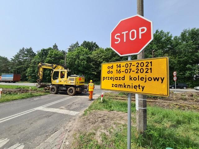 Trwa przebudowa linii kolejowej między Toruniem i Chełmżą. W związku z tym kolejarze zamknęli właśnie przejazd na drodze prowadzącej do Papowa Osieków. Jest to utrudnienie nie tylko dla mieszkańców tej miejscowości, ale również osób, które tamtędy jeździły nad jezioro w Kamionkach. Więcej na ten temat napiszemy niebawem.