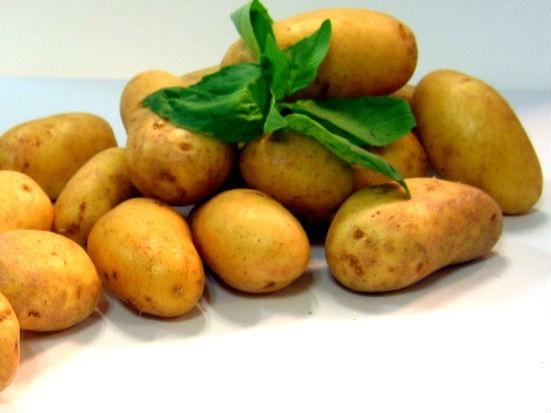 Podaj z grilla ziemniaki.