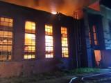 Pożar hali magazynowej w hucie w Ozimku. Zawalił się dach