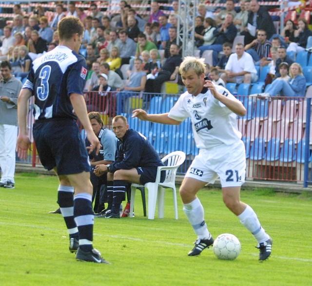Rafał Grzelak próbuje minąć stopera Herthy i reprezentacji Niemiec Arne Friedricha.