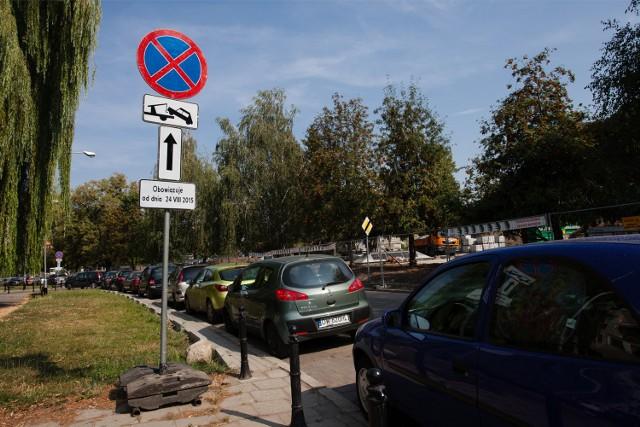 W poniedziałek na lawetach odjadą samochody zaparkowane na Frycza-Modrzewskiego. Znak powieszono pięć dni wcześniej