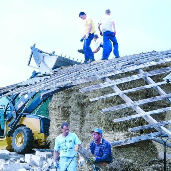 Ze stodoły należącej do Grzegorza Gołąbka nie zostało nic. Mieszkańcy wsi pomagali gospodarzowi w uprzątnięciu gruzowiska.