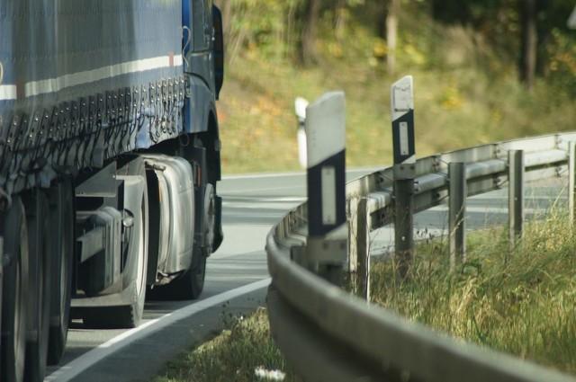 Tiry będą mogły wjeżdżać prawie wszędzie, choć kierowcom odradza się korzystania z dróg gruntowych, ale ustawodawca ma dać wolną rękę w ewentualnym ustawianiu znaków zakazu wjazdu zarządcom dróg samorządowych, a więc wojewódzkich, powiatowych i gminnych.