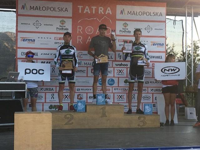 Damian Bartoszek (z lewej) i Marcin Korzeniowski (z prawej) na podium Tatra Road Race w kategorii M40
