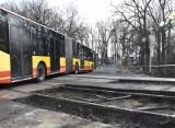 Nadjeżdżał pociąg, a szlaban zatrzymał autobus na przejeździe kolejowym