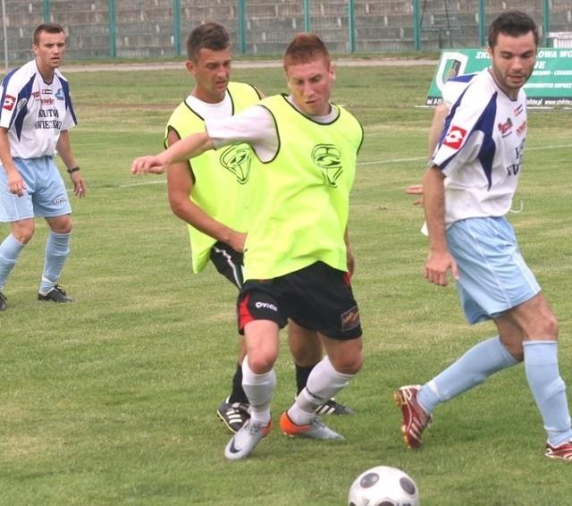 Piłkarze Stali Stalowa Wola (z piłką Rafał Turczyn, obok z lewej Daniel Radawiec) rozpoczną drugoligowy sezon od pojedynku z Pelikanem w Łowiczu.