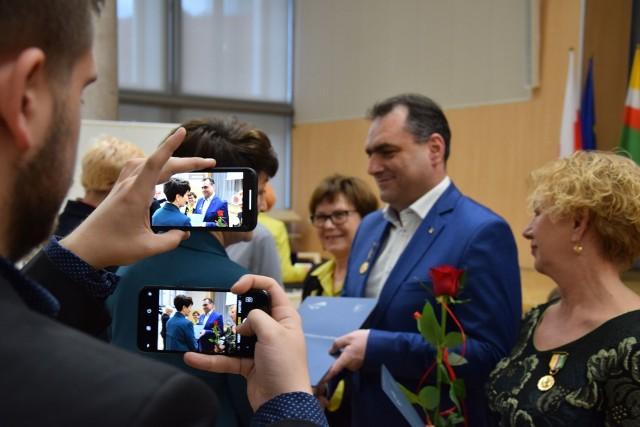 """Marszałek Elżbieta Anna Polak oraz przewodnicząca sejmiku Wioleta Haręźlak, podczas marcowej sesji wręczyły """"Odznaki Honorowe za Zasługi dla Województwa Lubuskiego"""""""