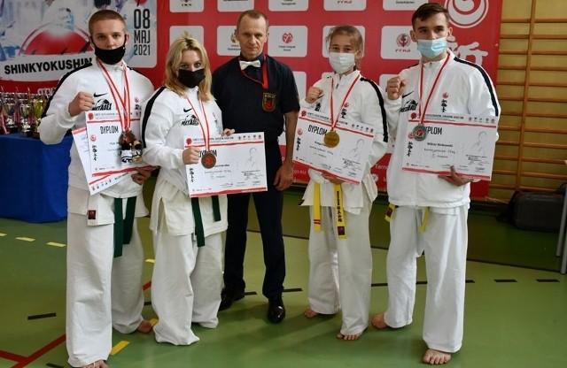 Kolejny dobry start zapisali na swoim koncie zawodnicy Klubu Karate Morawica. Na zdjęciu z trenerem Andrzejem Horną.