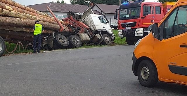 Kolizja ciężarówki z osobówka, jedna osoba poszkodowana