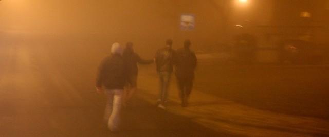 Na os. Śląskim policja prowadzi zatrzymanego jednego z agresywnych mężczyzn z 30-osobowej grupy.