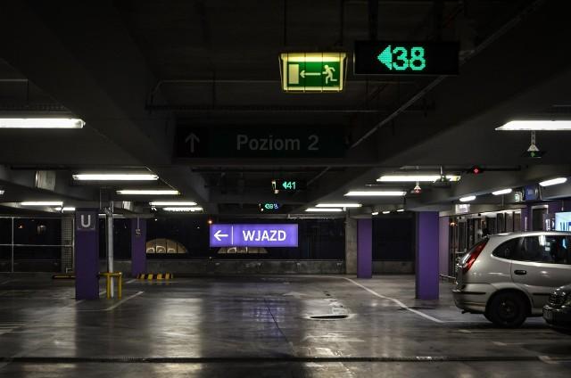 Łódź podpisała w poniedziałek (25 maja) umowę z firmą Mota-Engil na budowę czterech parkingów wielopoziomowych w centrum miasta. 900 miejsc powstanie w ramach partnerstwa publiczno-prywatnego, prace budowlane zaczną się w przyszłym roku.NA KOLEJNYCH SLAJDACH WIĘCEJ INFORMACJI I ZDJĘCIA MIEJSC, W KTÓRYCH POWSTANĄ PARKINGI