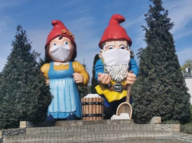 Największy na świecie krasnal (tutaj z żoną i w maseczce) stoi w nowosolskim Parku Krasnala. Postać ma 5,4 m wysokości