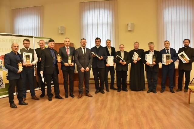 Podczas konferencji Zachowajmy zabytki powiatu żagańskiego starosta Henryk Janowicz wręczył wyróżnienia za działalność na rzecz ochrony zabytków w powiecie żagańskim.17 grudnia 2019 r.