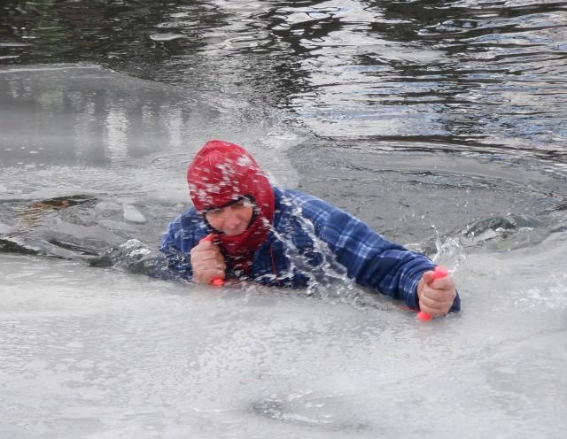 Wyjście na brzeg zdecydowanie ułatwiają kolce lodowe. W akcji Krzysztof Dybowski, kajakarz z RTW Lotto - Bydgostia