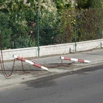 Pijany kierowca staranował kilka słupków stojących przy chodniku.