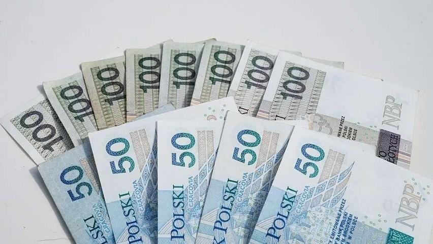 Najniższe wynagrodzenie otrzymują pracownicy wielu sklepów,...