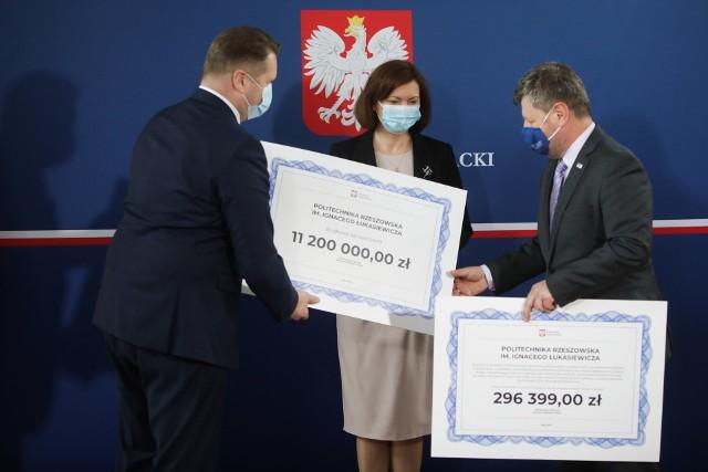 Na zdjęciu od lewej: Przemysław Czarnek, minister edukacji, Ewa Leniart, wojewoda podkarpacka oraz dr hab. inż. Piotr Koszelnik, rektor Politechniki Rzeszowskiej.